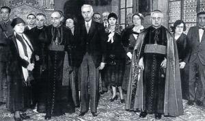 El president Macià amb el cardenal Vidal i Barraquer a l'esquerra i el bisbe Irurita a la dreta